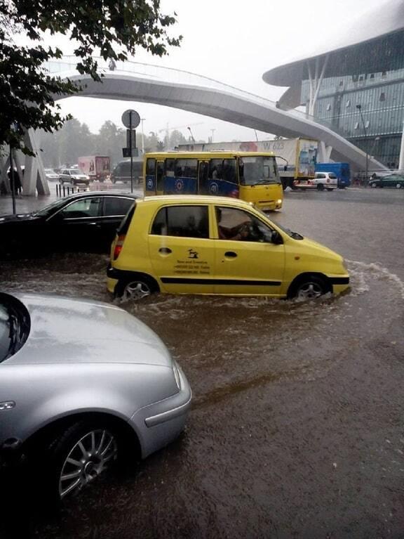 Злива у Тбілісі затопила вулиці і обмежила рух транспорту