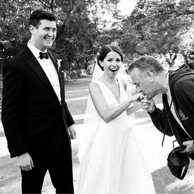 Том Хэнкс в спортивном костюме случайно стал героем свадебной фотосессии