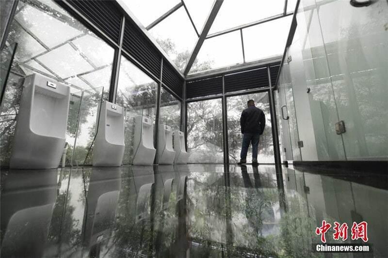 Для души: в Китае появились прозрачные туалеты