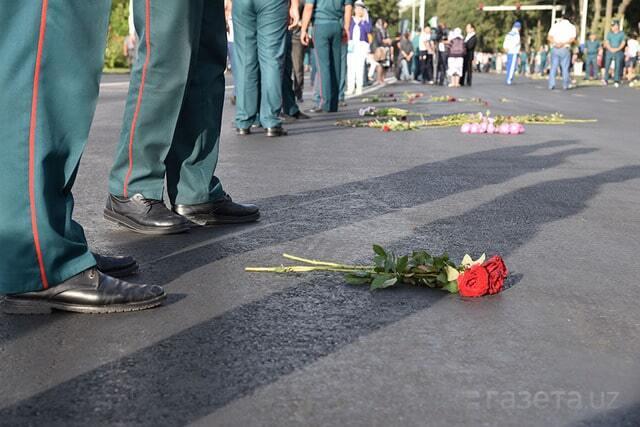 Зі слізьми та скорботою: в Ташкенті тисячі людей провели в останню путь Карімова