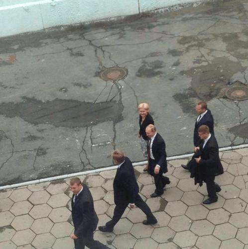 """Россия встала с колен: соцсети позабавило фото Путина, идущего по """"убитому"""" асфальту во Владивостоке"""
