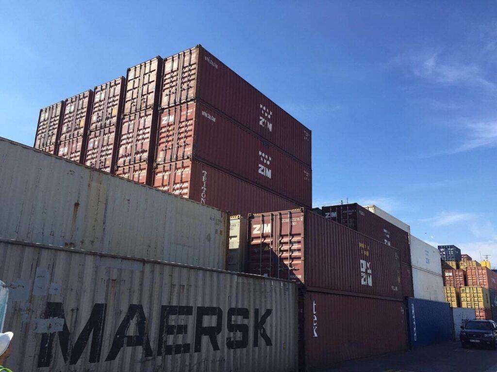 Обыски в одесском порту: изъяты десятки контейнеров с контрабандным лесом