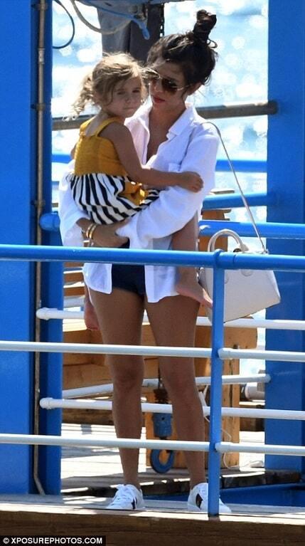 Мать Ким Кардашьян в стильной вышиванке прогулялась по Капри