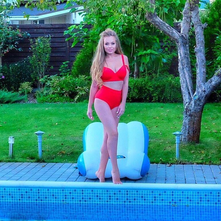 """Новая ведущая """"Зважені та щасливі"""" показала фигуру в необычном купальнике"""