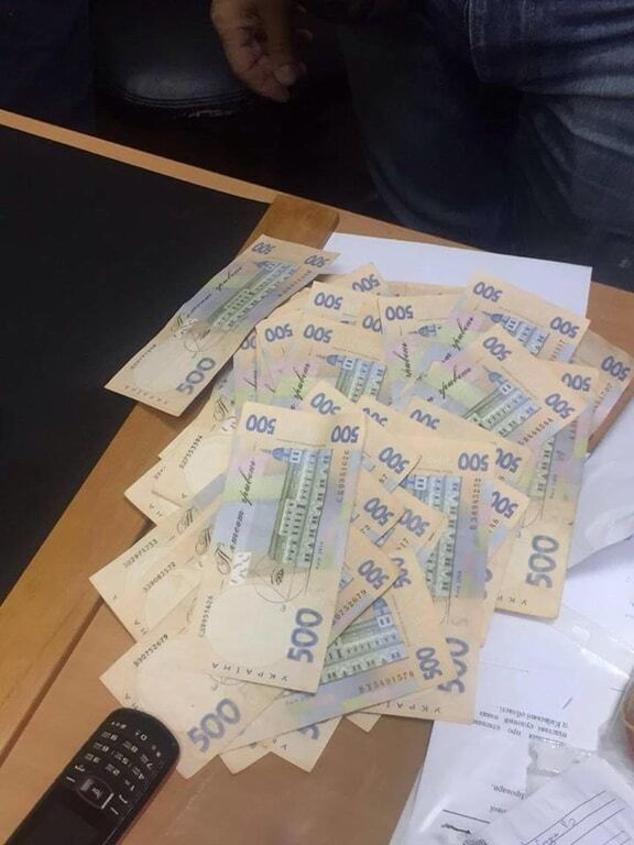 В Киеве задержали за взятку двух служащих управления юстиции
