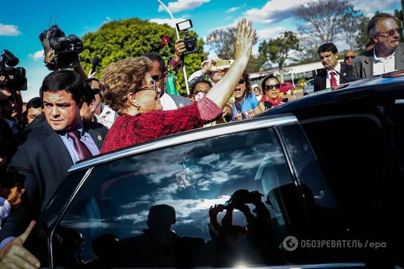 З посмішкою і квітами: Русеф після імпічменту покинула палац президента Бразилії