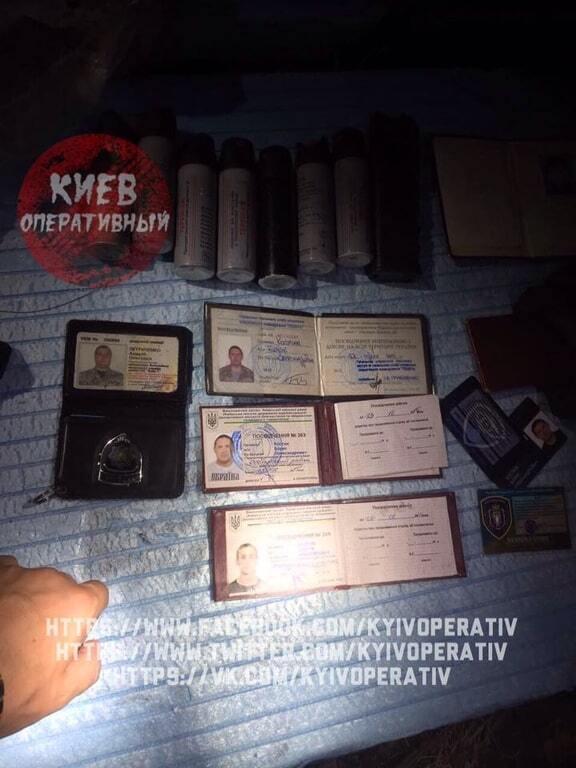 """Зіткнення на київському будівництві: у затриманих знайшли """"ксиви"""" міліціонерів"""