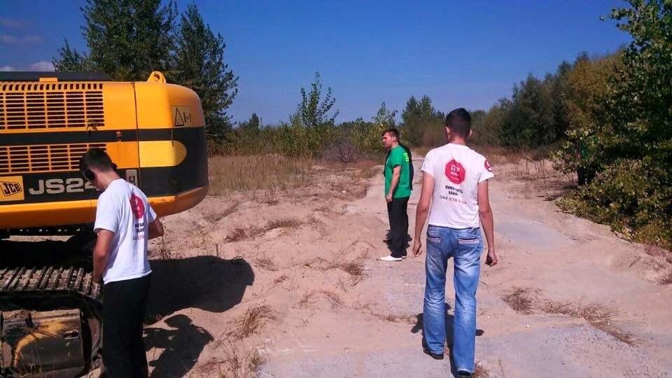 Незаконний видобуток піску на Київщині: на активістів намагалися наїхати трактором