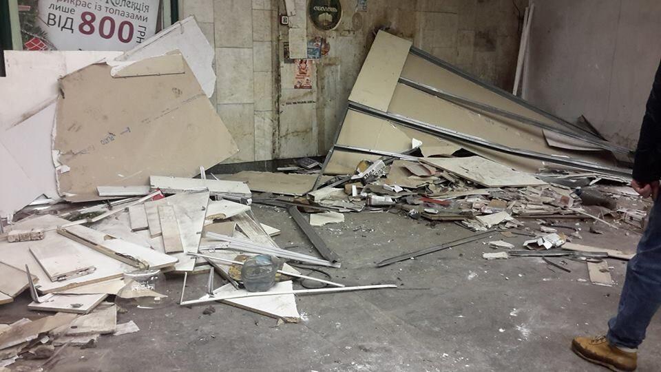 Пришла очередь: в Киеве снесли МАФы на еще одной станции метро