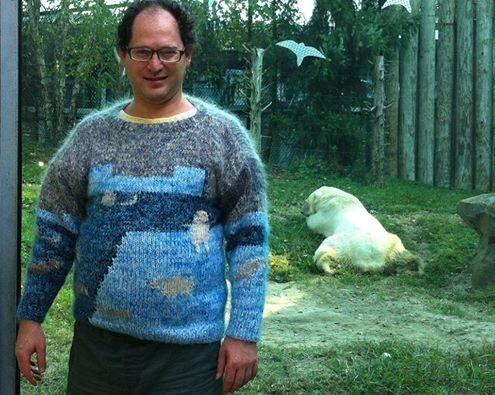 В сети ажиотаж вокруг снимков американца в забавном вязаном свитере