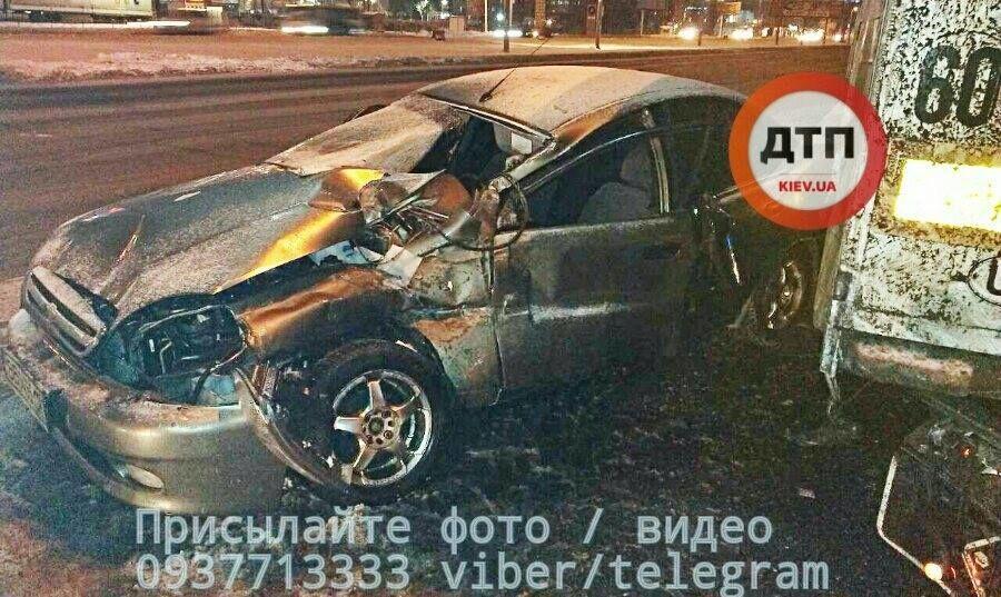 В Киеве авто на скорости врезалось в грузовик