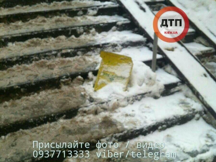 Скользкое ЧП: в Киеве девушка упала в подземный переход