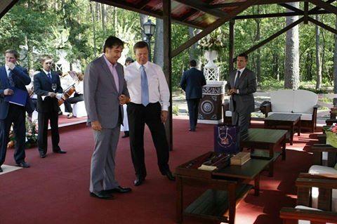 Сумел найти подход: экс-нардеп показал дорогой подарок Саакашвили Януковичу