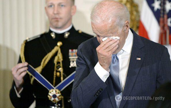 Не сдержал слез: Обама вручил Байдену высшую награду Америки