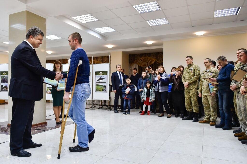 Порошенко вручил ордера на квартиры семьям участников АТО