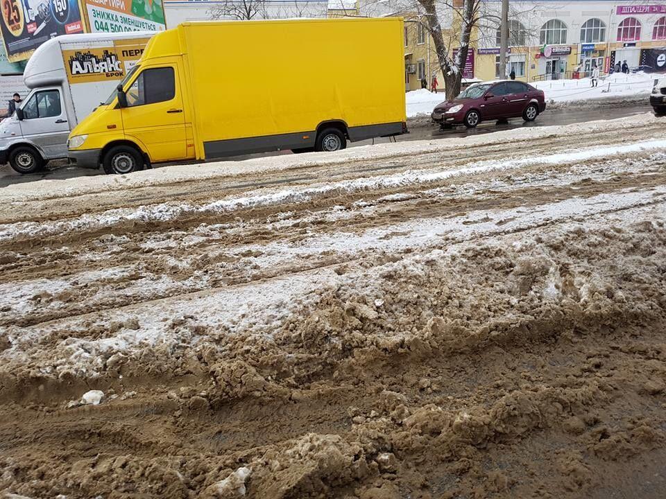 Виноваты сугробы: в Киеве трамвай сошел с рельс