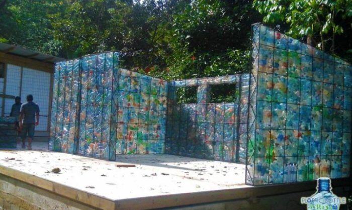 Plastic Bottle Village - деревня, где все дома построены из пластиковых бутылок.