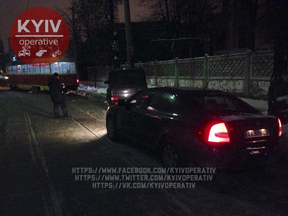 """В Киеве трамвай сошел с рельс и протаранил """"кубик"""""""
