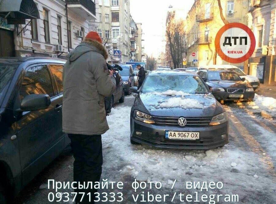 В центре Киева снежная глыба рухнула на автомобили