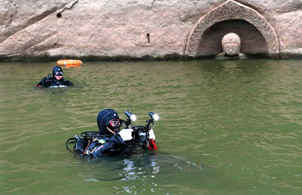 В Китае из-под воды появилась 600-летняя статуя Будды