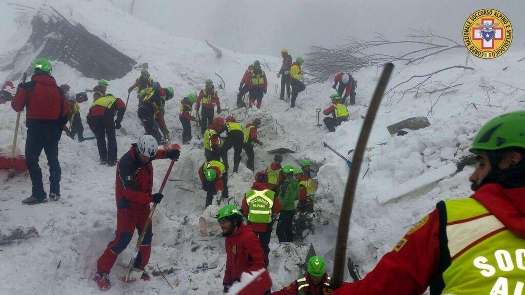Операція з порятунку людей в готелі Італії: подробиці, фото, відео