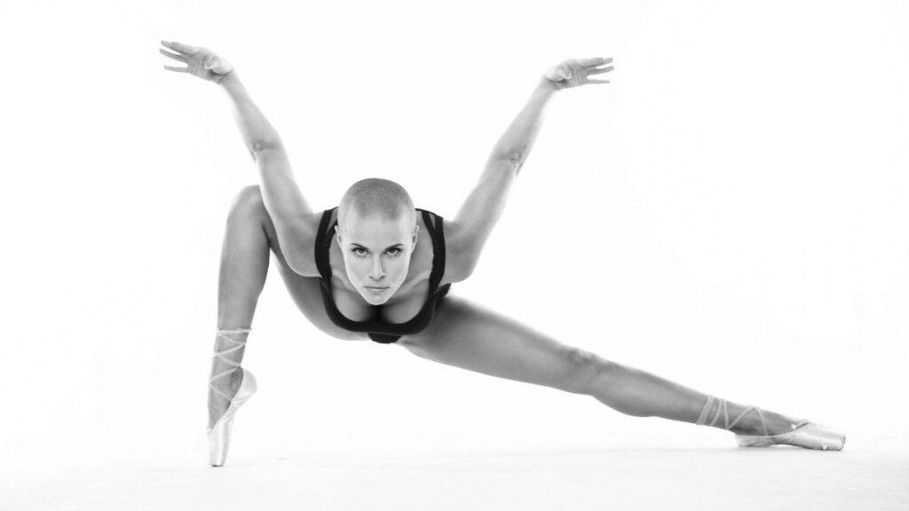Звезду фитнес-блогов из России загнобили за странный голый танец