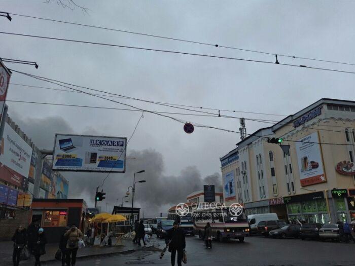 """В Одесі на """"Привозі"""" сталася сильна пожежа"""