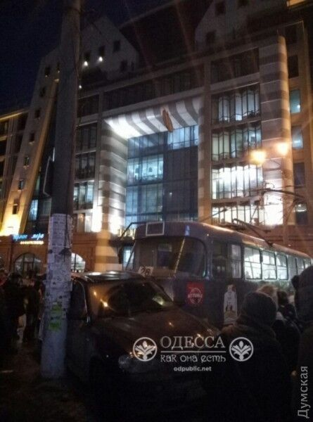 В Одессе трамвай сошел с рельсов и разбросал пять автомобилей