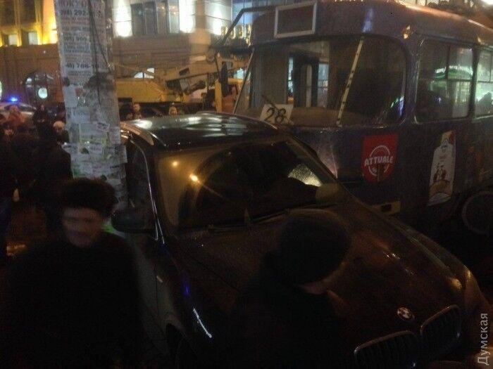 В Одесі трамвай зійшов із рейок і розкидав п'ять автомобілів