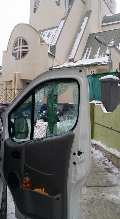 """""""Сволочи украли все"""": во Львове ограбили авто волонтеров с подарками для бойцов АТО"""