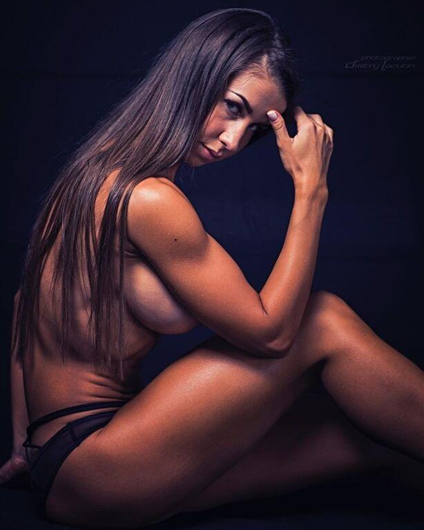 Сексуальная фитнес-тренер вызвала экстаз у фанатов своей эротикой