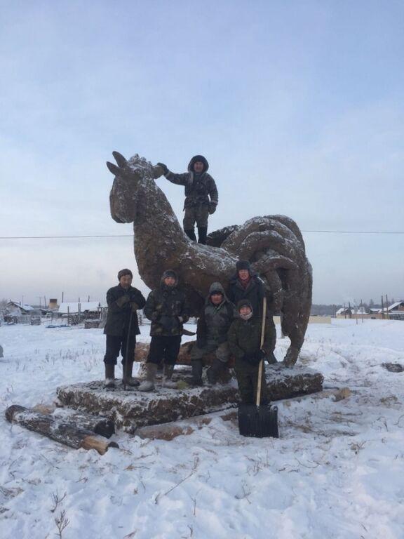 Символ года: в России изваяли гигантскую статую петуха из навоза
