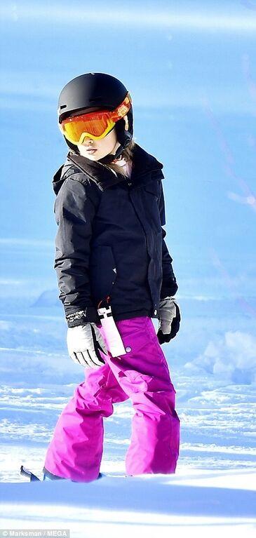 Больше не прячется: Джоли с детьми провела время на горнолыжном курорте