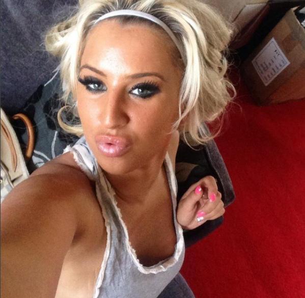Футбольная фанатка-порнозвезда покорила соцсети: горячие фото пышногрудой красотки