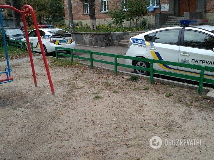 Поліція у дворі будинку на вулиці Марічанська