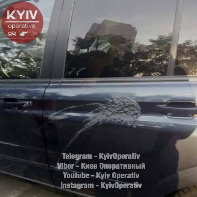 УКиєві облили кислотою десятки автомобілів: опубліковані фото наслідків