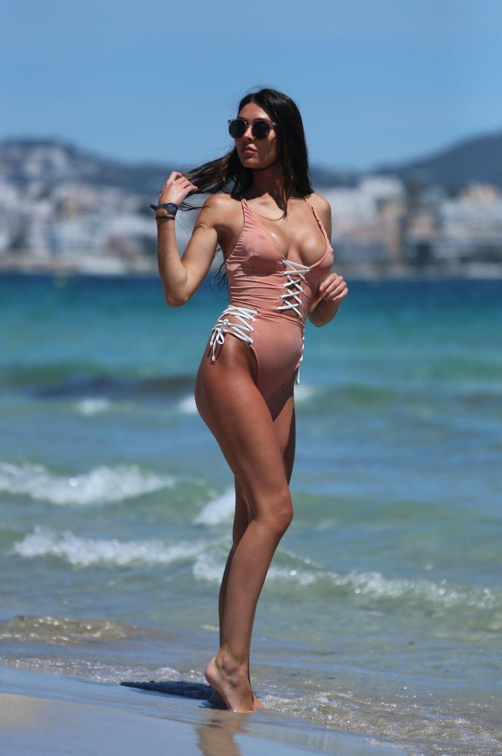 Знаменитого футболіста застукали за пляжними втіхами з топ-моделлю