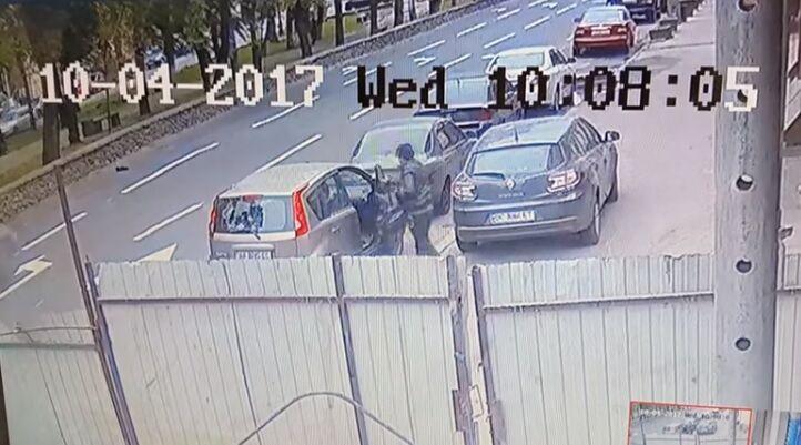 "В Киеве ""обчистили"" авто с водителем, вор попал на видео"