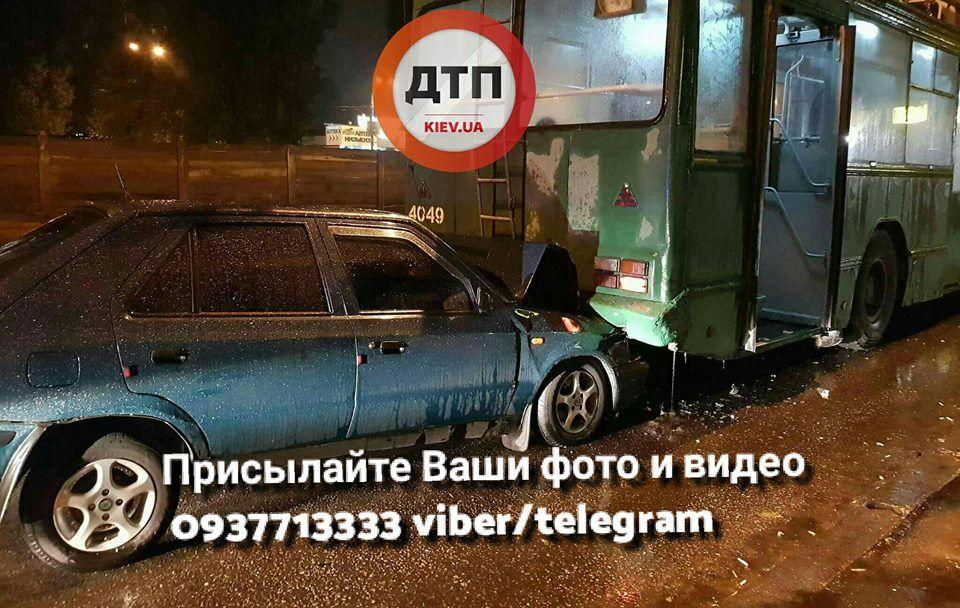УКиєві п'яний водій влаштував ДТП зтролейбусом: опубліковані фото і відео