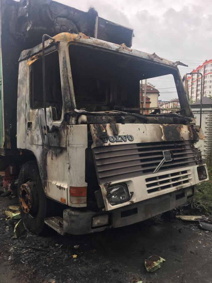 Відомому українському волонтеру спалили авто