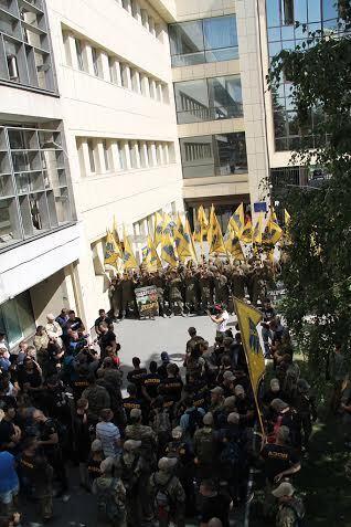 Мітинги з вимогами припинити корупційні конкурси вже стали звичною частиною пейзажу біля центрального офісу ДФС у Києві