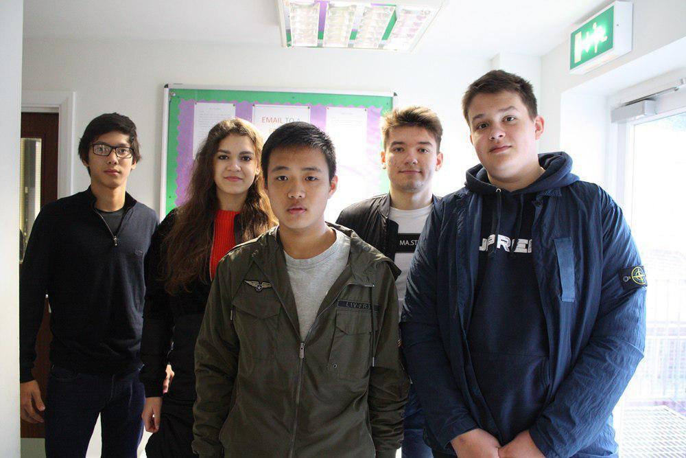 Александра Бут с одноклассниками в Sherborne International College