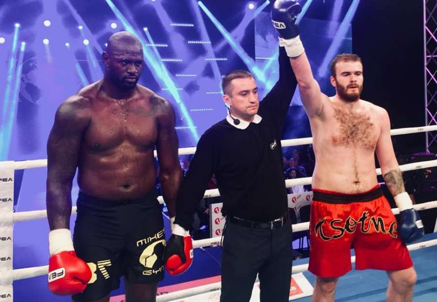 Украинский кикбоксер побил грозного соперника, который тяжелее его на 22 кг