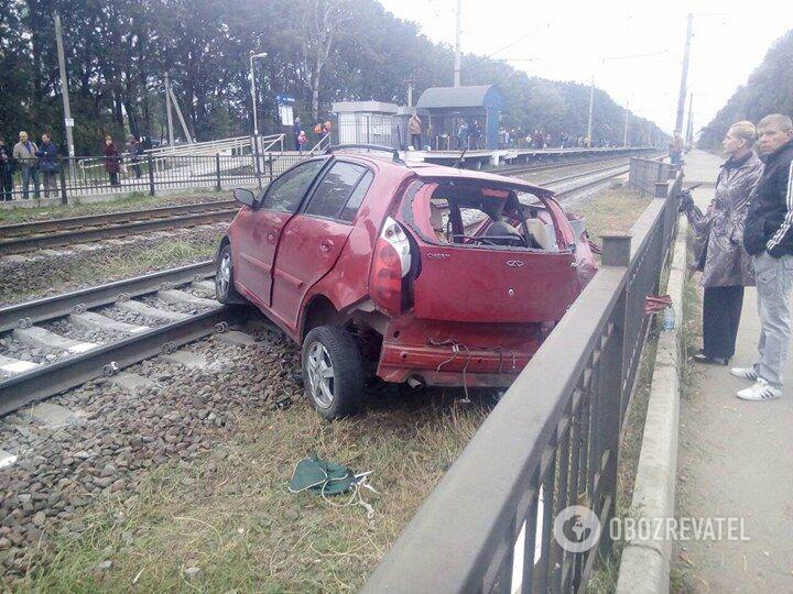 НаКиївщині потяг наїхав наавтомобіль: загинула людина