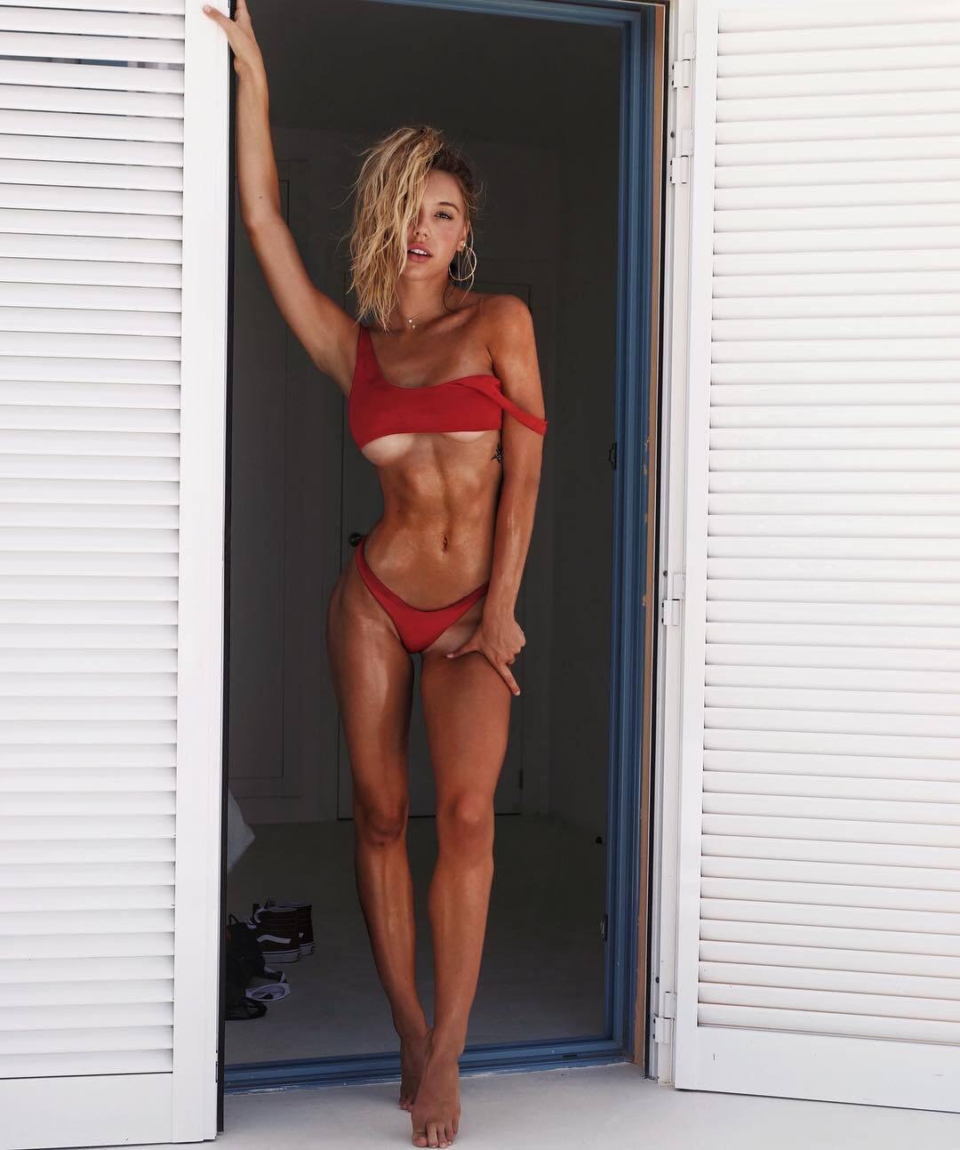 Самая популярная фитнес-модель Instagram снялась полуобнаженной для Sports Illustrated
