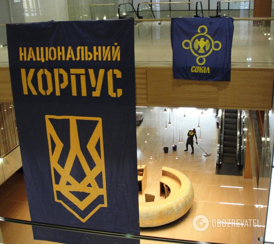 """В холле """"Паркового"""" вывешены флаги НК и """"Сокола"""""""