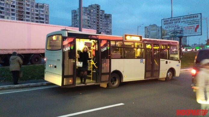 В Киеве водитель маршрутки устроил ДТП и взял в заложники пассажиров