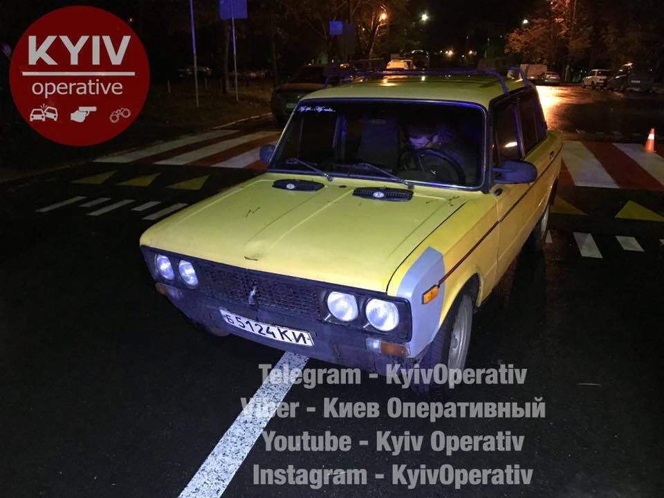 В Киеве ВАЗ сбил на переходе женщину с маленьким ребенком