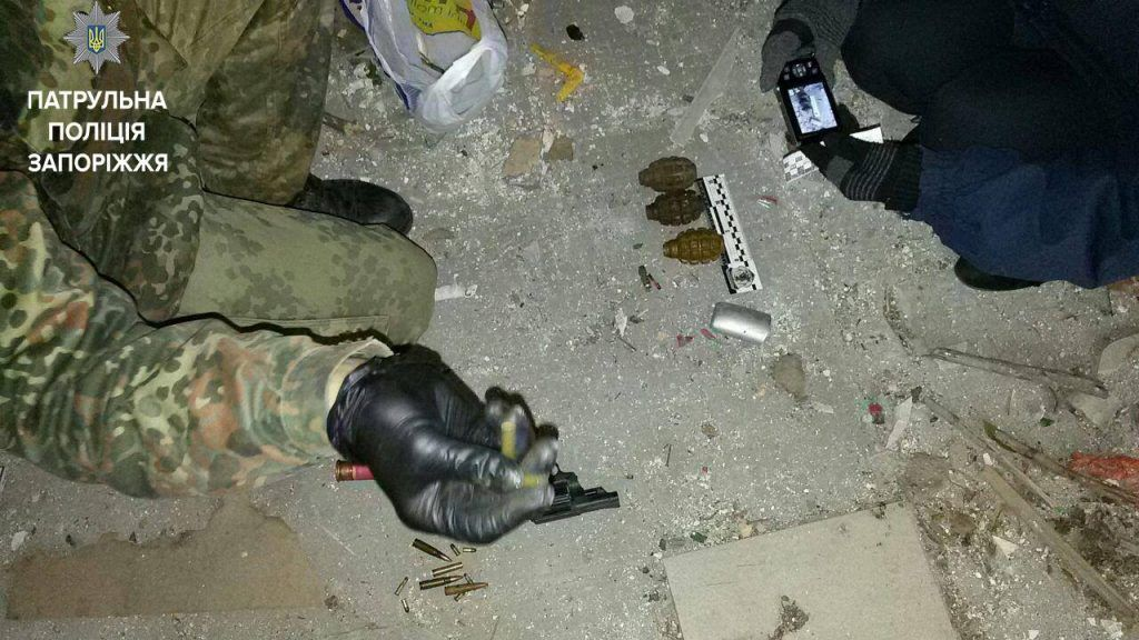 Житель Запорожья нашел пакет с боеприпасами (ФОТО)