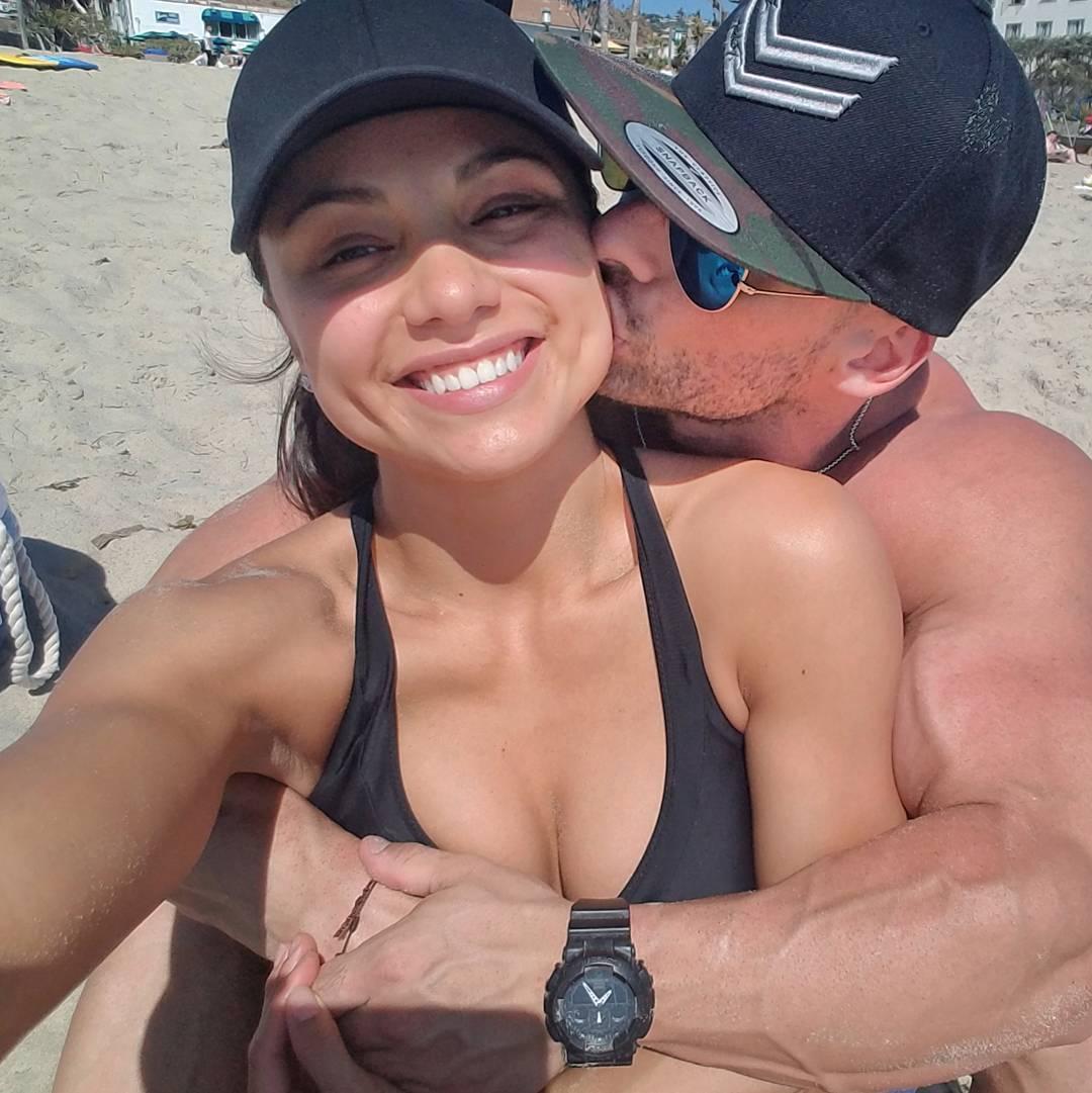 Звездный бодибилдер разместил полностью обнаженное фото с женой-красавицей